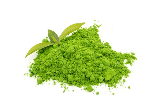Порошок зеленый чай с листьями на белом фоне.