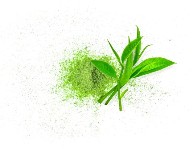 Порошковый зеленый чай матча и лист зеленого чая изолированы, вид сверху, копия пространства