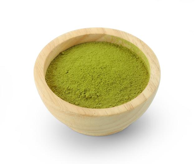 Порошкообразный зеленый чай матча в миске, изолированные на белом фоне