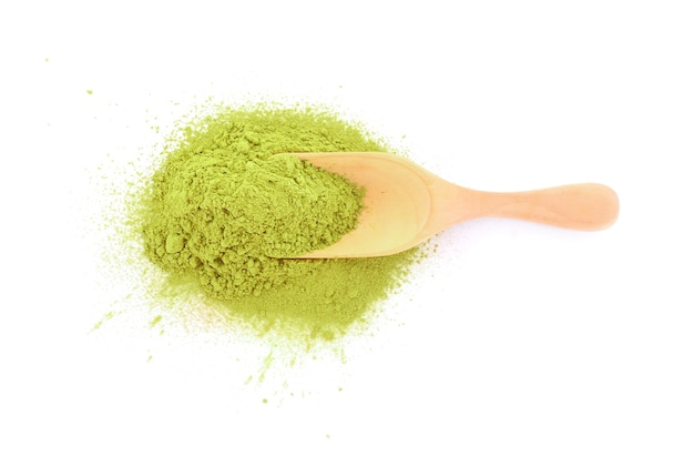 Порошок зеленого чая матча в деревянной ложке, изолированные на белом фоне