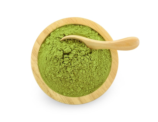 白い背景の上の粉末抹茶緑茶