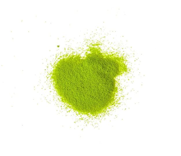Порошковый зеленый чай матча, разбросанный по белому пространству с копией пространства