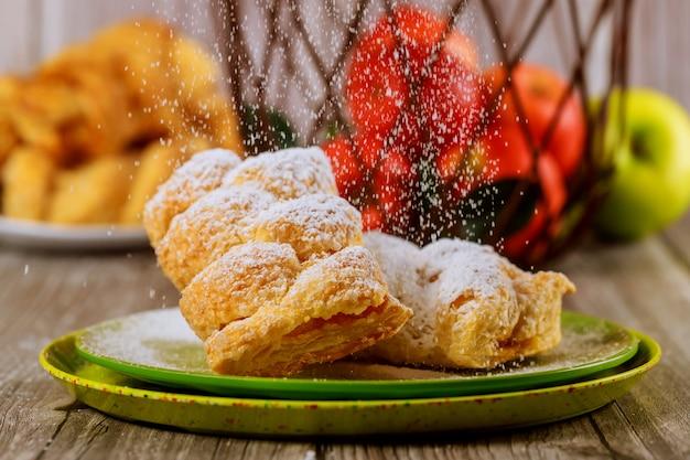 リンゴのシュトルーデルに粉砂糖を振りかける