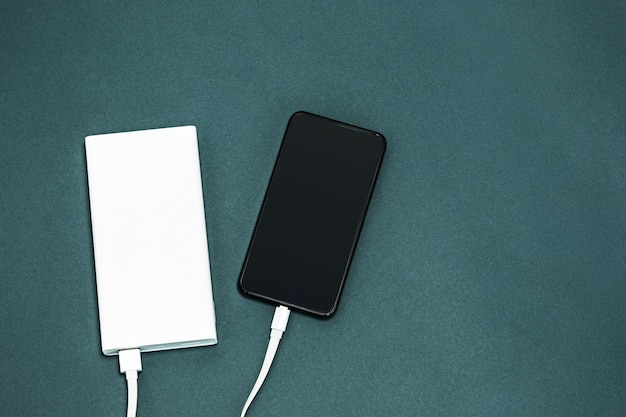 Power bank и мобильный телефон