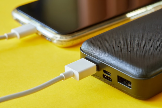 Usb 케이블을 사용하여 스마트 폰을 충전하는 보조 배터리