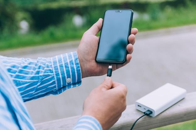 パワーバンクは電話を充電します。