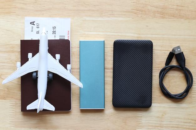 휴가 여행을 위해 여권에 비행기와 전원 은행