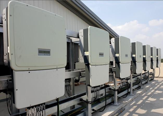 Силовой инвертор, установленный на солнечной крыше, преобразует постоянный постоянный ток в переменный переменный ток.