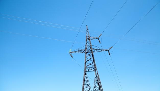 Линия электропередачи в голубом небе. башни высокого напряжения