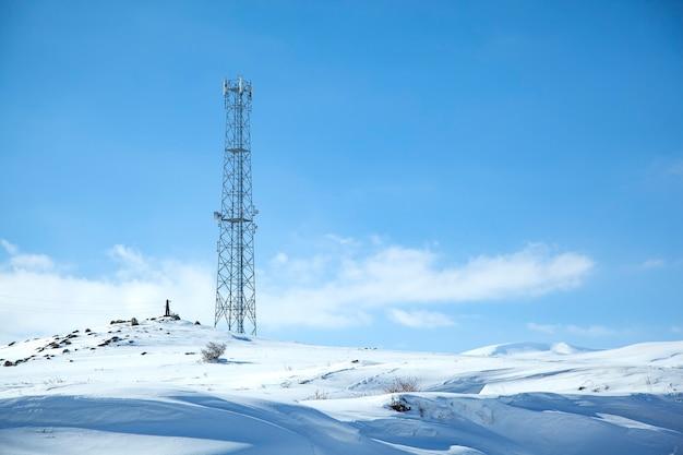 山の高い電力線