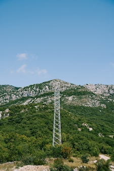 Пилон линии электропередачи на зеленой горной поверхности