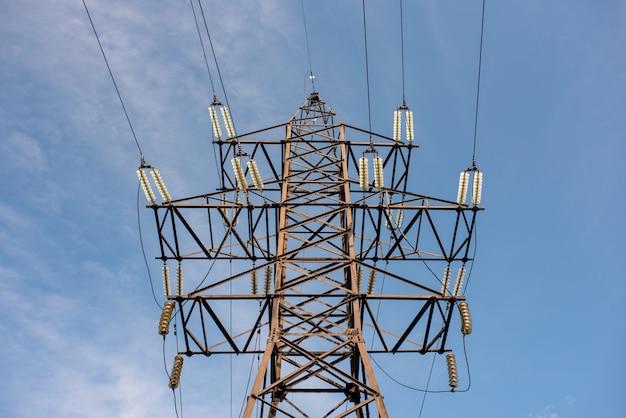 Опора лэп с проводами для передачи электроэнергии, энергетика, энергосбережение