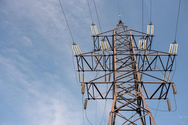 Опора лэп с проводами для передачи электроэнергии, энергетики, энергосбережения