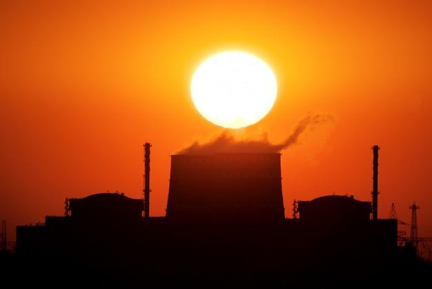 Электростанция и солнце