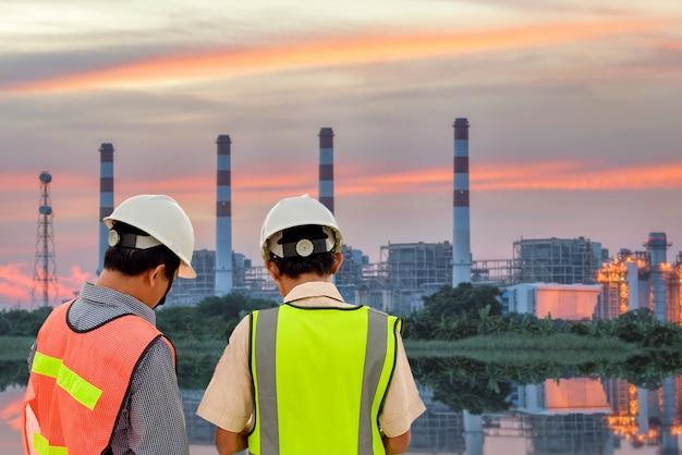 Градирни электростанции и линии электропередач при восходе солнца