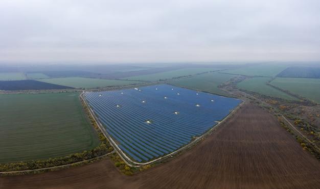 Электростанция, использующая возобновляемую солнечную энергию. воздушный выстрел с дрона