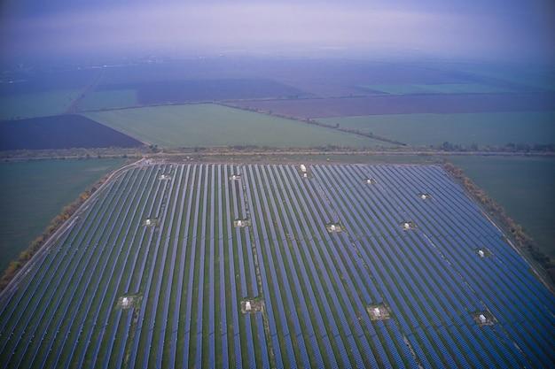 Электростанция, использующая возобновляемую солнечную энергию. с высоты птичьего полета