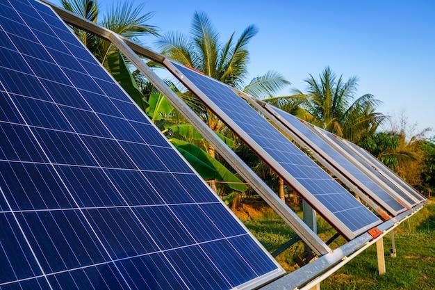 農村住宅地域の農業用パワーソーラーパネル農業分野青空背景、家庭の農業産業タイの農村スタイル、スマートファーム代替クリーングリーンエネルギーコンセプト