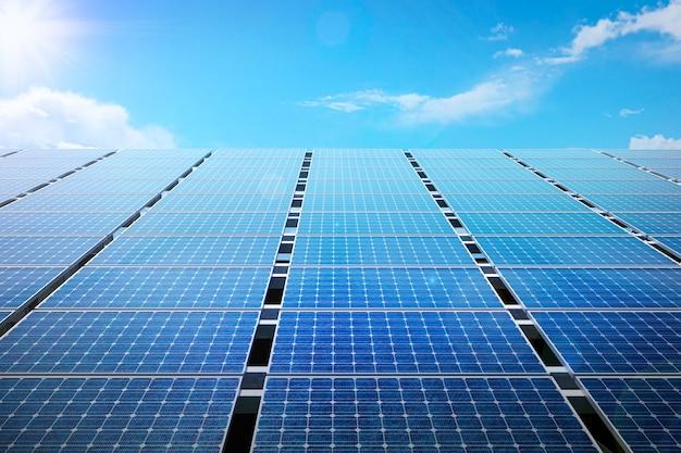 푸른 하늘에 전력 태양 전지 패널