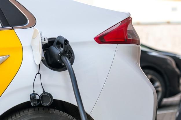 Блок питания подключается к электромобилю для зарядки аккумулятора, зарядки аккумулятора электромобиля