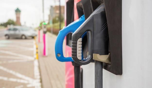 Блок питания для зарядки электромобиля. розетка для зарядного устройства электромобиля