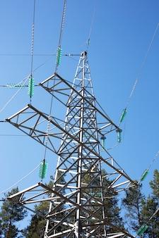 푸른 하늘을 배경으로 한 파워 타워 전력 전송 장비