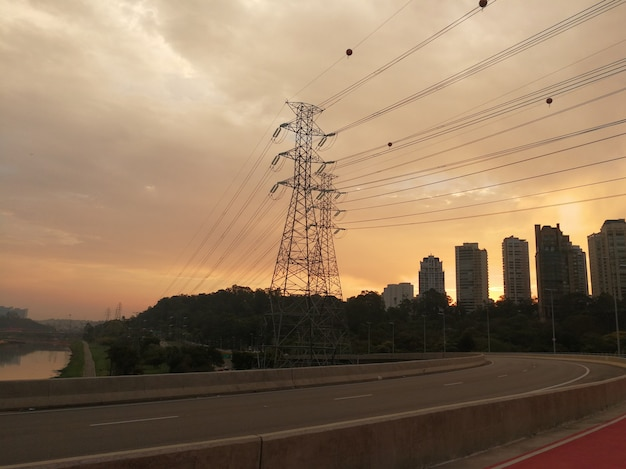일몰에 상파울루의 라구나 다리에서 파워 타워
