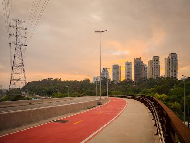 Pinheiros 강과 자전거 차선을 넘어 라구나 다리에서 파워 타워.
