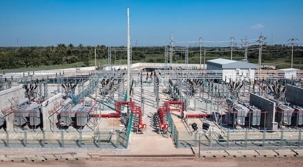 現代の電気変電所の高電圧スイッチヤードの電源トランス
