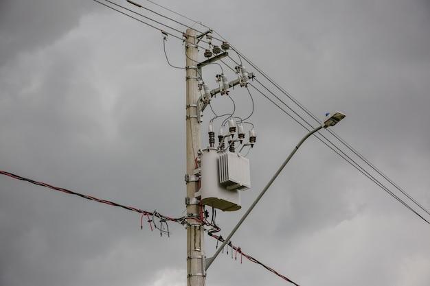 고전압 전선이 있는 극의 전원 변압기