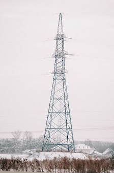 雪原の送電鉄塔。