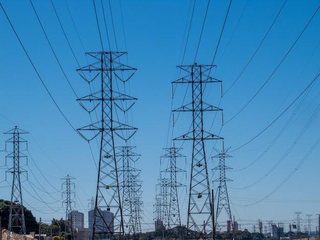 Башни электропередачи и голубое небо.