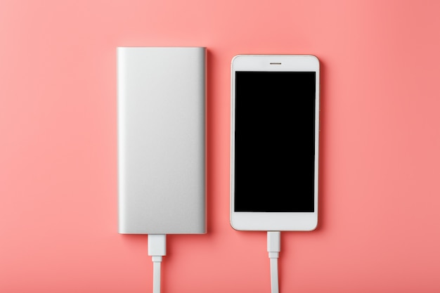 Powerbank는 스마트 폰을 충전합니다. 가제트를위한 범용 외부 배터리 여유 공간과 최소한의 구성.