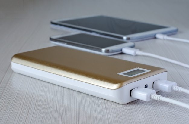 Powerbank charges the smartphone and tablet computer