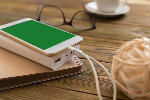 Powerbank charging a smartphone