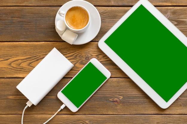 Powerbank charging a smartphone
