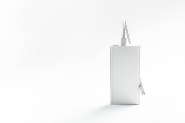 흰색 표면에 케이블로 모바일 장치를 충전하기위한 powerbank