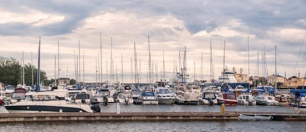 핀란드 헬싱키 북부 항구 항구에 정박해 있는 파워보트와 요트