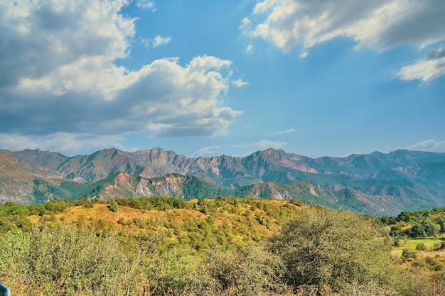 Мощные облака над горами и холмами. с международным днем гор.