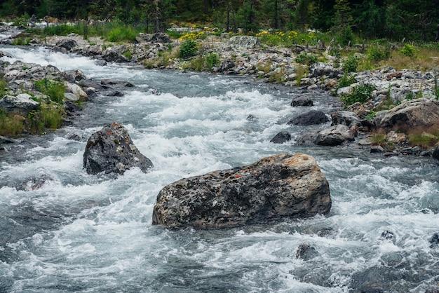 Мощная горная река.