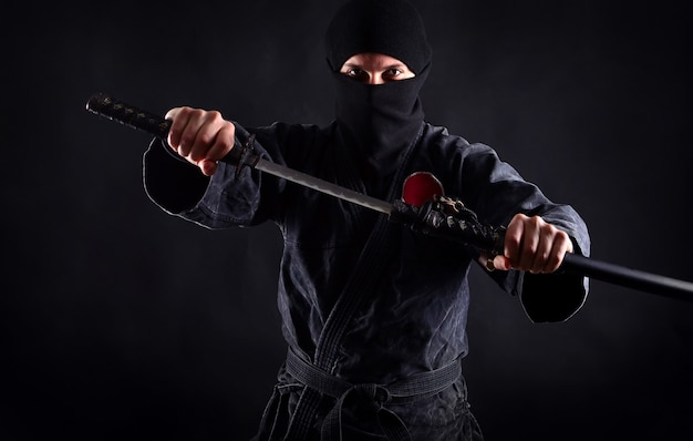 Мощный портрет ниндзя с обнаженным мечом