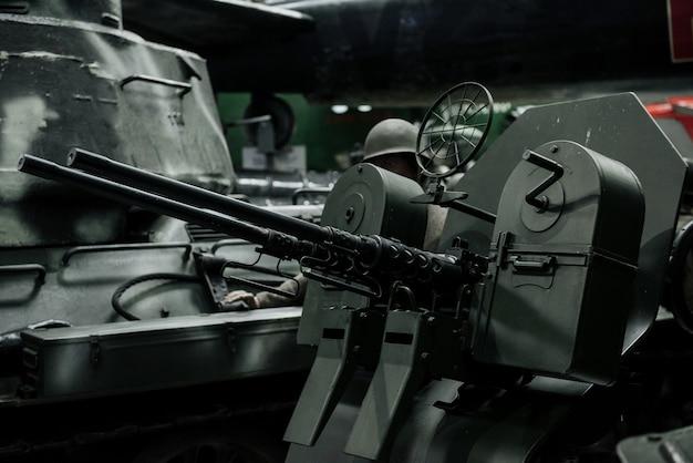 展示会での強力な古い黒いタンク