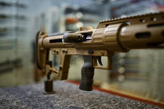 銃店のクローズアップのカウンターに強力なライフル