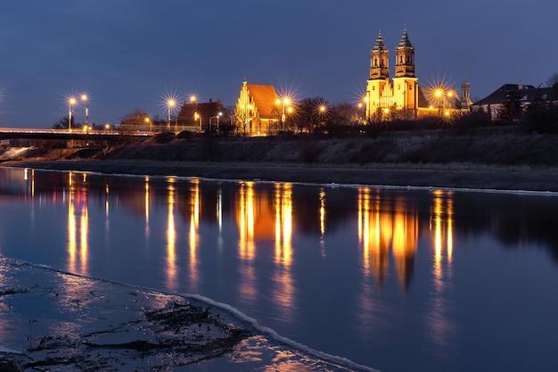 ポズナン大聖堂、夜の聖ペテロと聖パウロの大聖堂大聖堂、ポズナンのバルタ川での反射