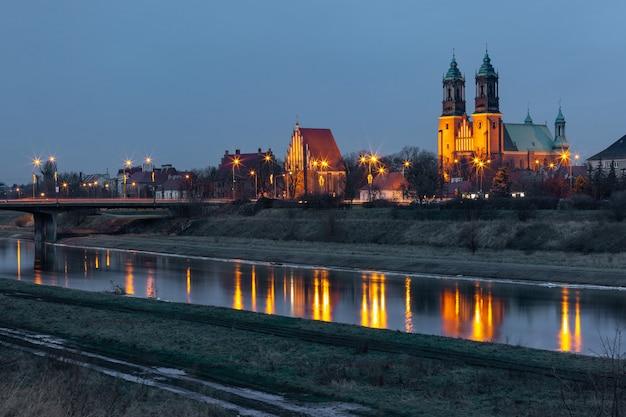 夜のバルタ川に映るポズナン大聖堂、ポズナン