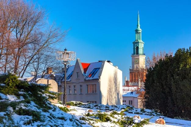 晴れた冬の日、ポズナンの旧市街にあるポズナン市庁舎