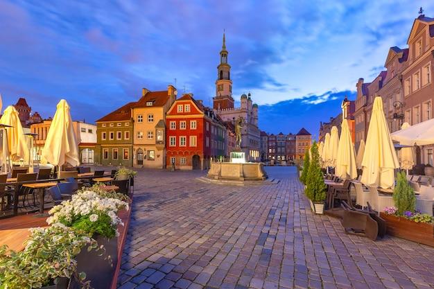 夜の旧市街、ポズナン、ポーランドの旧市場広場にあるポズナン市庁舎