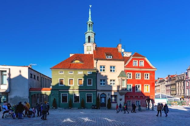 晴れた冬の日の旧市街の旧市場広場にあるポズナン市庁舎、ポズナン、ポーランド