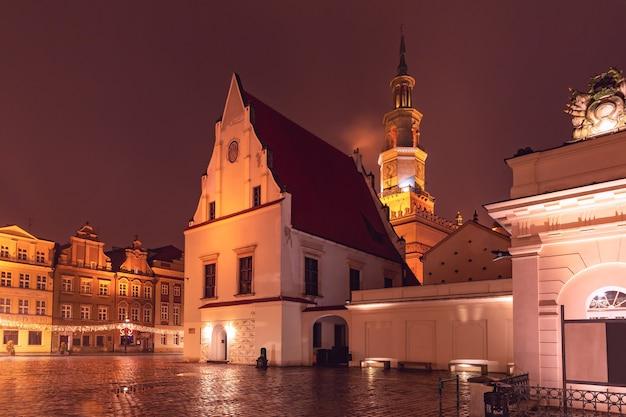 雨のクリスマスの夜、旧市街の旧市場広場にあるポズナン市庁舎、ポズナン