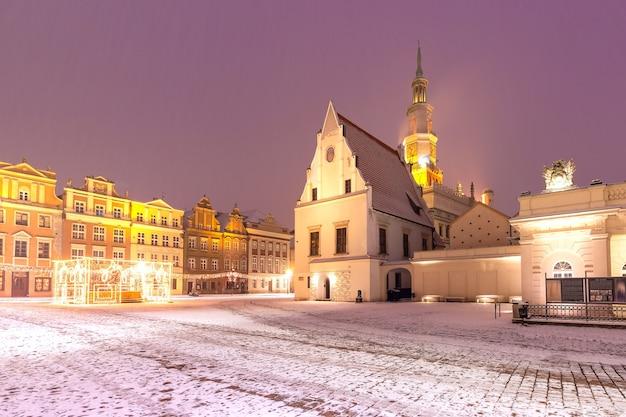 눈 덮인 크리스마스 밤, 폴란드 포즈난 구시가지의 구시장 광장에 있는 포즈난 시청